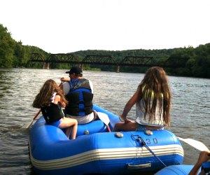 family rafting along the delaware river