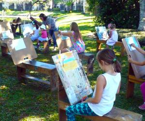 Kids enjoy plein air classes at Crealdé School of Art, expressing creativity outside.