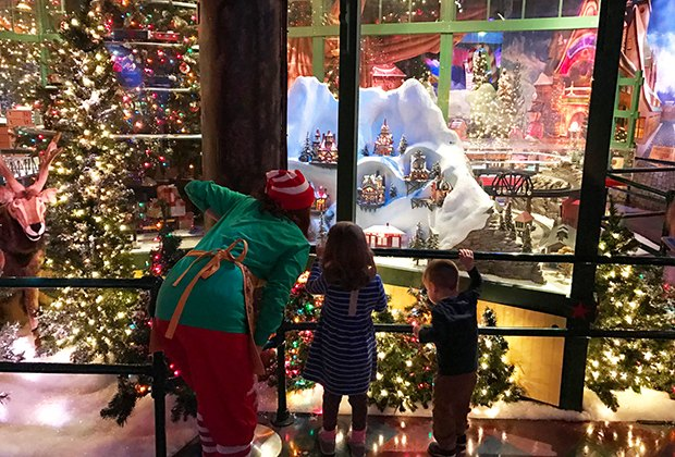 Macys Hours Christmas Eve 2019.Macy S Santaland Nyc When And How To See Santa At Herald