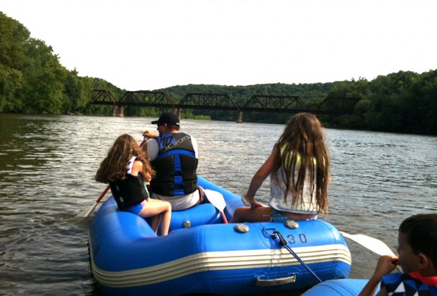 family rafting along the delaware river