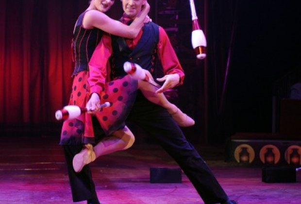 Emily Weisse and Menno van Dyke: An incredible (and sensual) tango/juggling duo