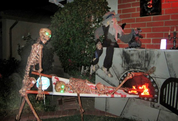 Halloween S Best Home Haunts Haunted Houses Yard Displays Decorations And Spooky Mazes In La Mommypoppins Things To Do In Los Angeles With Kids