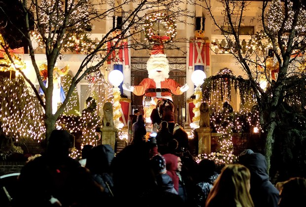 Dyker Heights Brooklyn Christmas Lights.Dyker Heights Christmas Lights Tour Brooklyn S Holiday Hot
