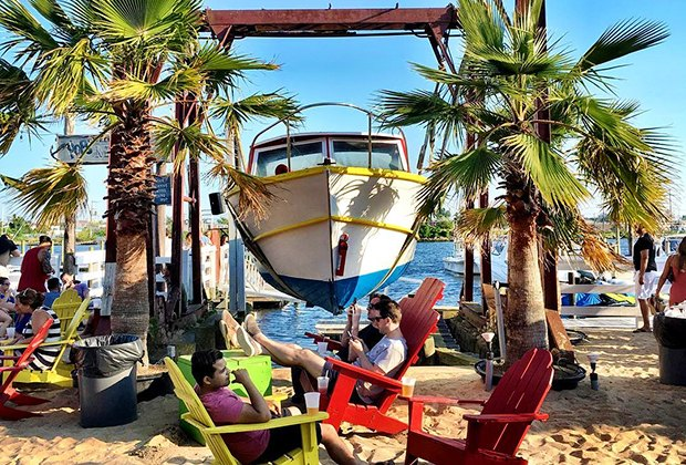 Pop's Seafood offers a tropical vibe