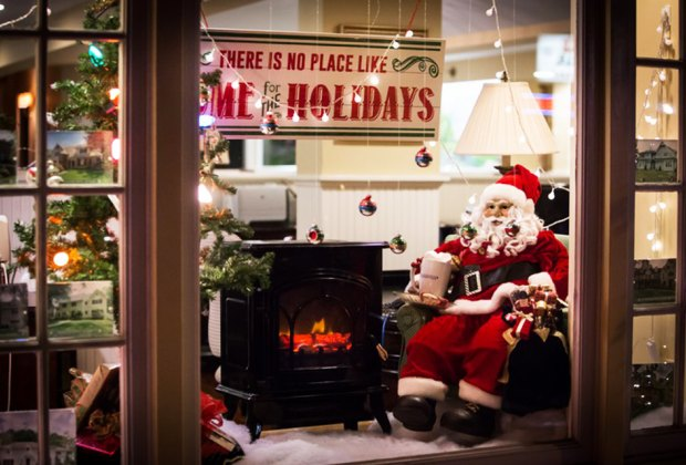 Downtown Summit goes all out with Christmas decor